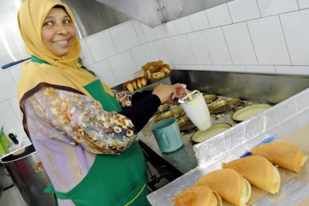 TIADA RANCANGAN TAMBAH KUIH: Pemilik Gerai Geylang Apam Pulau Pinang, Cik Noor Bee Kassim dan suaminya, belum mempunyai rancangan menjual lebih daripada satu jenis kuih. - Johari Rahmat