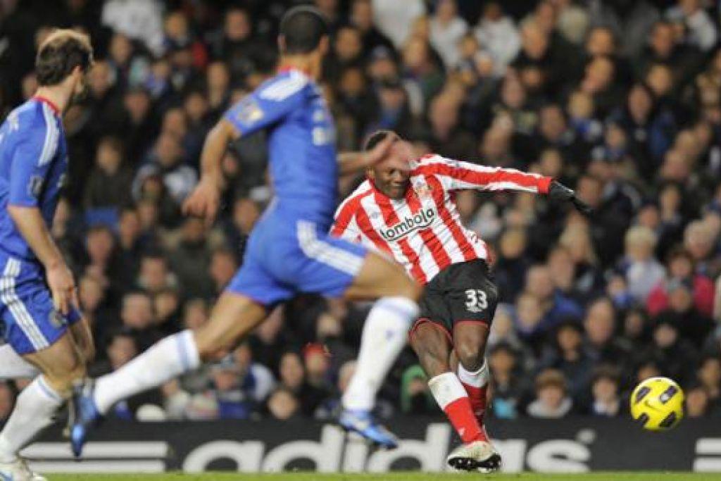 SIAPA SANGKA?: Kelab lima bintang EPL, Chelsea (berbaju biru), dikalahkan kelab corot, Sunderland. – Foto fail