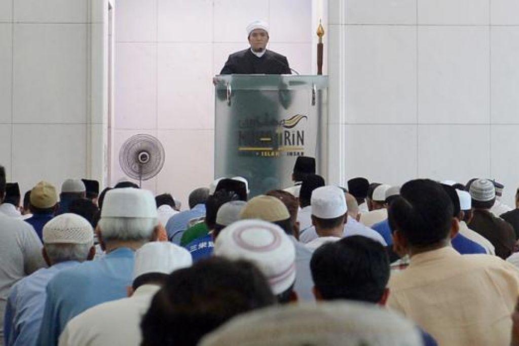 KHUTBAH: Jemaah mendengar khutbah di Masjid Muhajirin. - Foto TAUFIK A KADER