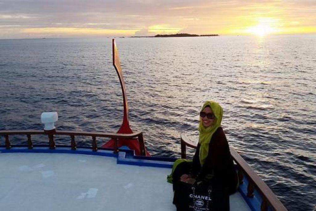 SAUJANA MATA MEMANDANG: 'Dhoni' merupakan bot paling tua di Maldives. Pelayaran Dhoni memberi penulis (dalam gambar) dan suami peluang menatap panorama indah pulau-pulau Maldives. – Foto-foto MARDIANA RAHMAD