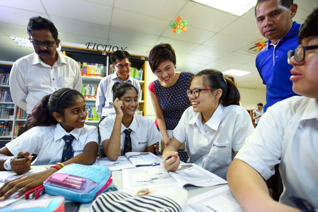 """Cik Josephine Teo berinteraksi dengan pelajar semasa pelancaran buku """"LKY: Follow That Rainbow, Go Ride It' di Sekolah Menengah Bendemeer pada Rabu (23 Mac)."""