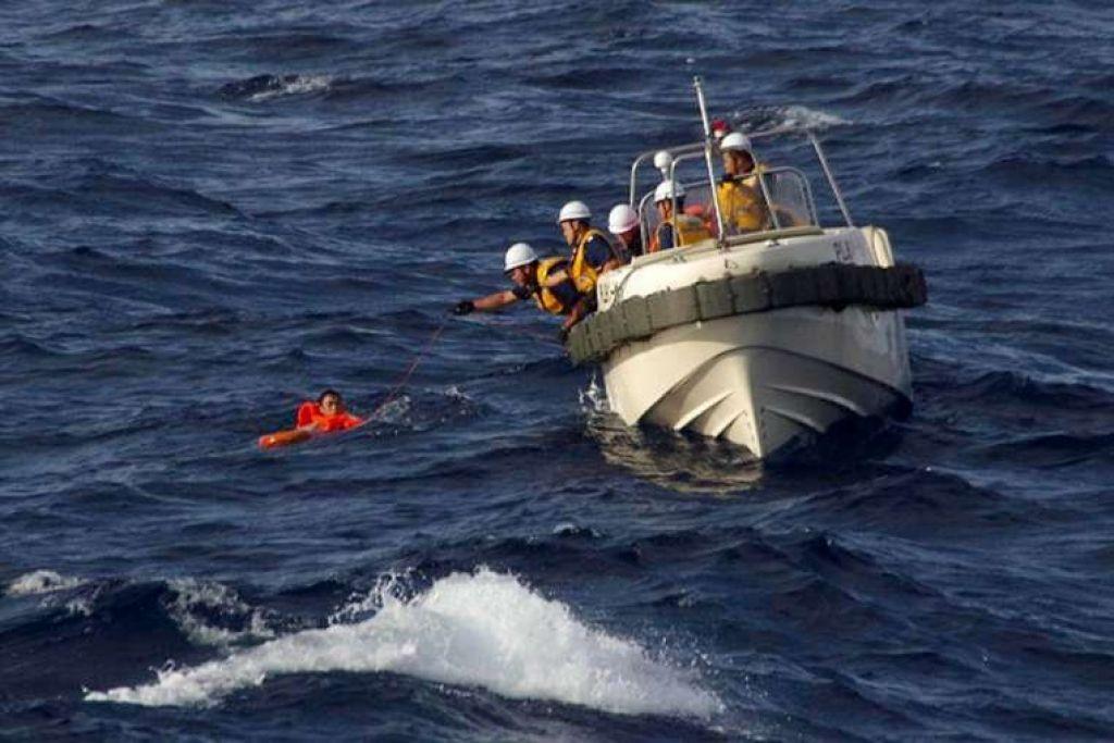Pekerja penyelamat Pengawal Pantai Jepun mendekati kru  bot nelayan China yang tenggelam selepas berlanggar dengan sebuah kapal kargo Greece dekat Pulau Senkaku (atau Diaoyutai).