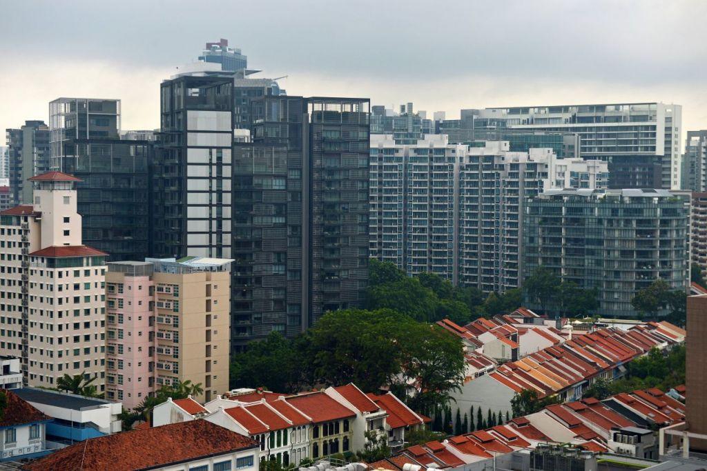 """Deretan rumah kedai dengan blok kondominium di estet Orchard Road. Dengan mengambil kira prospek global, sekitaran luaran dan keadaan dalam negeri, Pemerintah menilai bahawa langkah-langkah penyejukan perlu untuk membuat pasaran hartanah """"stabil dan mampan"""", kata Encik Lawrence Wong."""