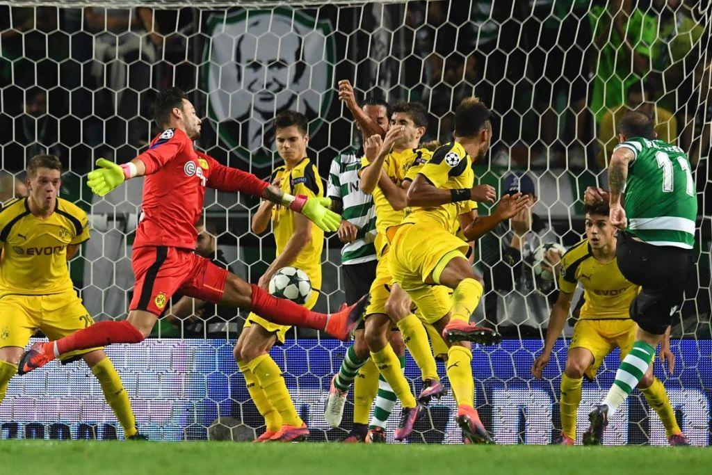 Pemain tengah Sporting, Bruno Cesar (kanan), menendang bola  untuk menjaringkan gol dalam perlawanan Liga Juara-Juara menentang Borussia Dortmund di Stadium Jose Alvalade  pada 18 Okt 2016.