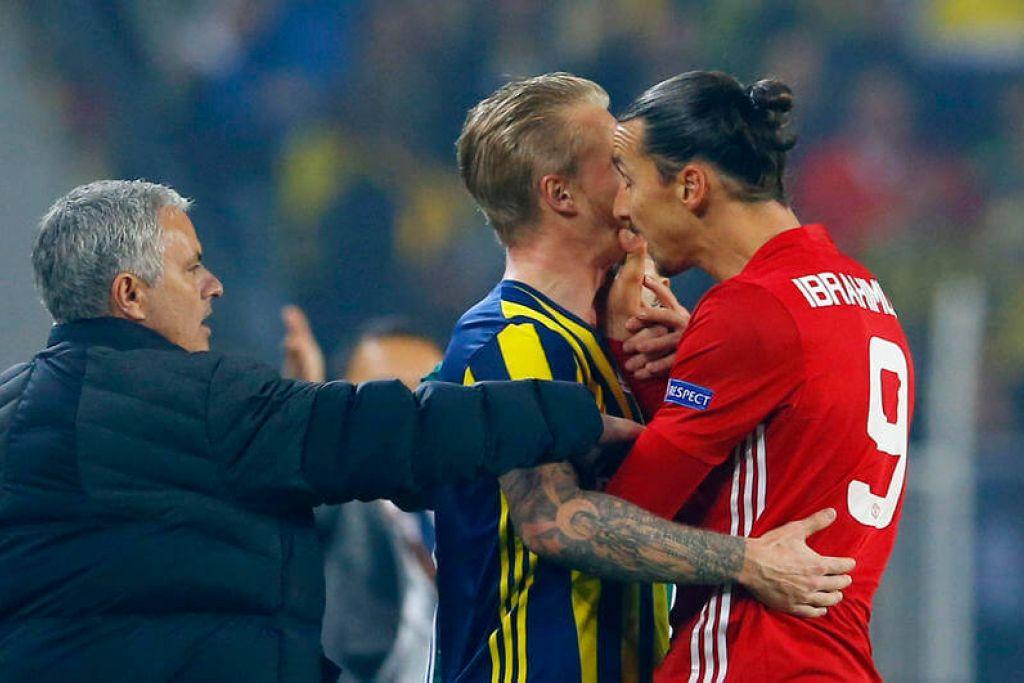 Pemain Manchester United, Zlatan Ibrahimovic, bertekak dengan pemain Fenerbahce, Simon Kjaer, dengan pengurus Jose Mourinho melihat.
