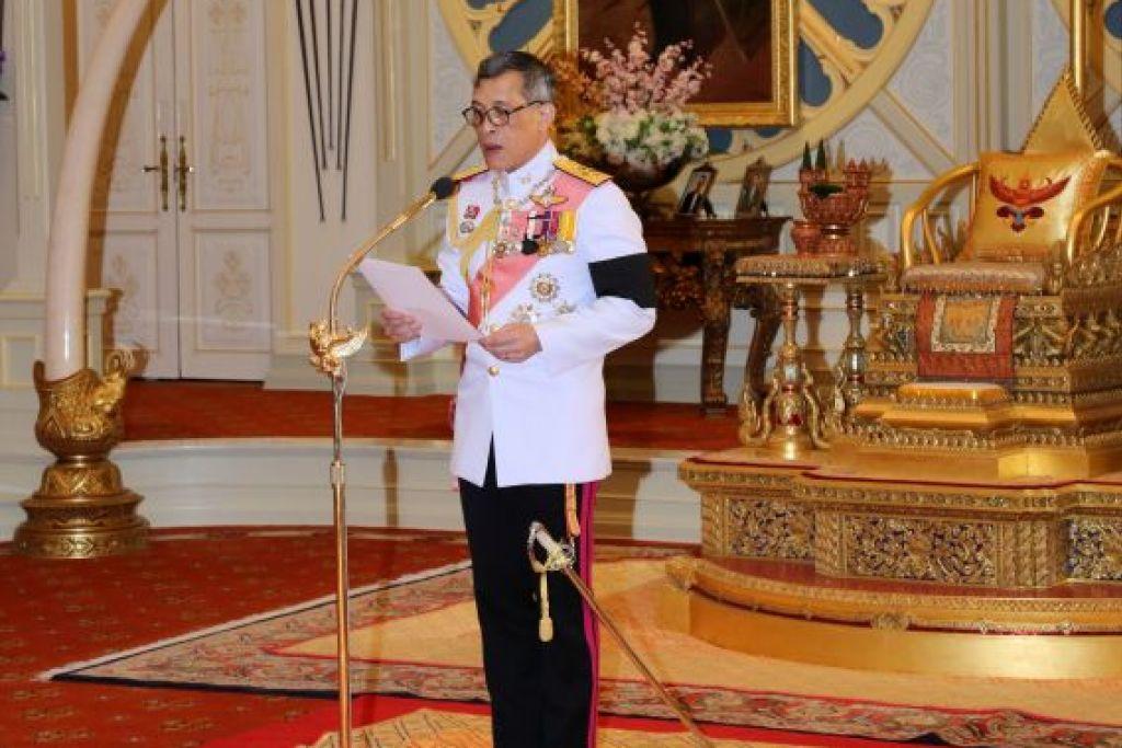 Raja Thailand Maha Vajiralongkorn Bodindradebayavarangkun berucap selepas menerima undangan Parlimen untuk menggantikan bapanya, Raja Bhumibol Adulyadej, yang meninggal dunia pada 13 Oktober, di Istana Dusit di Bangkok