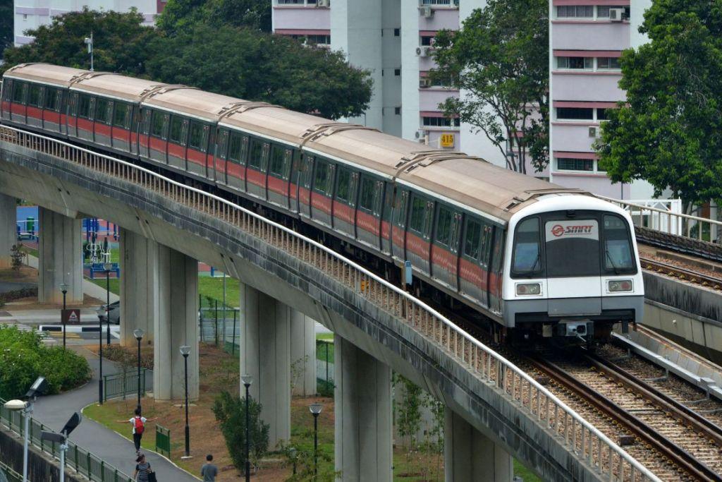 Sebuah kereta api SMRT bergerak dari stesen Eunos ke Paya Lebar.