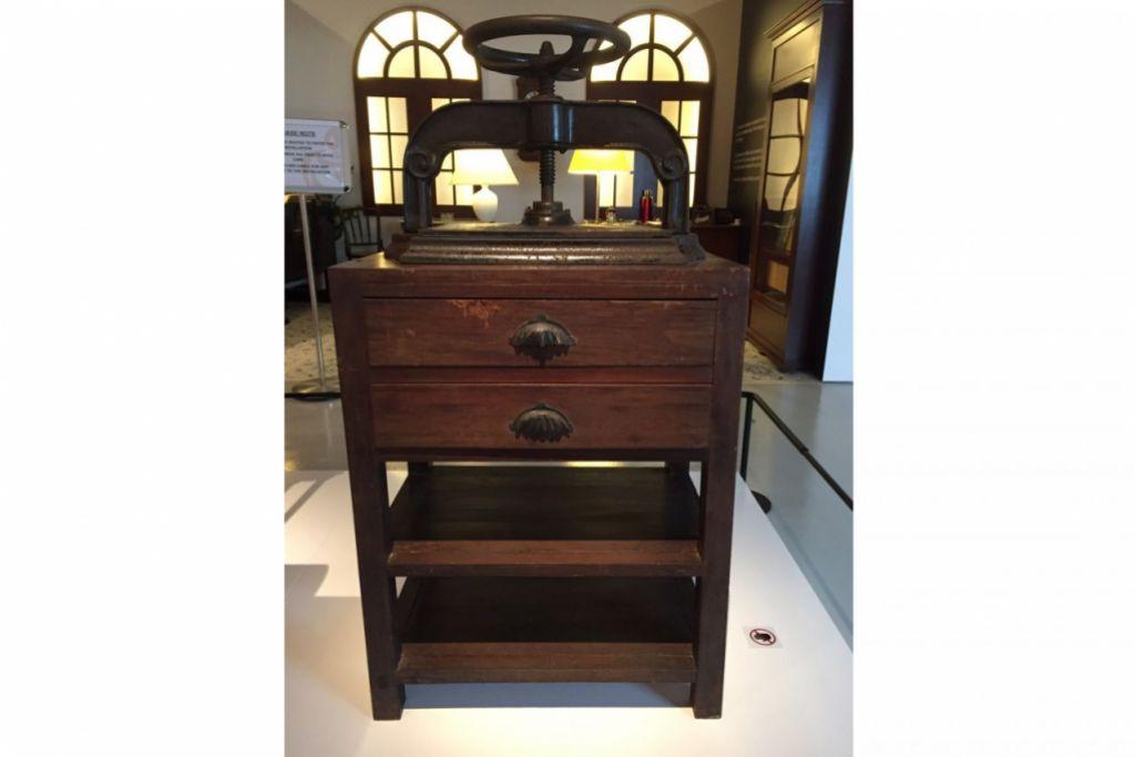 'IKAT' BUKU: Ini reka bentuk sebuah mesin penjilidan (binding) yang digunakan untuk akhbar-akhbar masa lampau. - Foto TAMAN WARISAN MELAYU