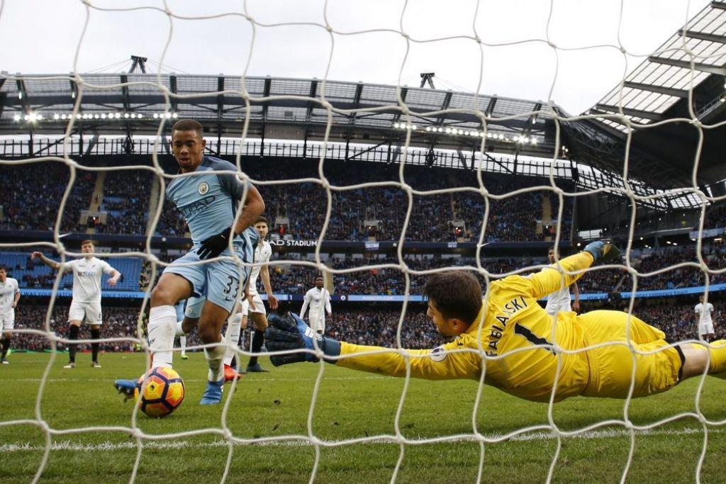 Gabriel Jesus menjaringkan gol kemenangan dramatik Manchester City pada minit ke-92, dengan menendang bola masuk selepas penjaga gawang Swansea, Lukasz Fabianski, menyelamatkan tandukan awalnya di Stadium Etihad pada Ahad (5 Feb).