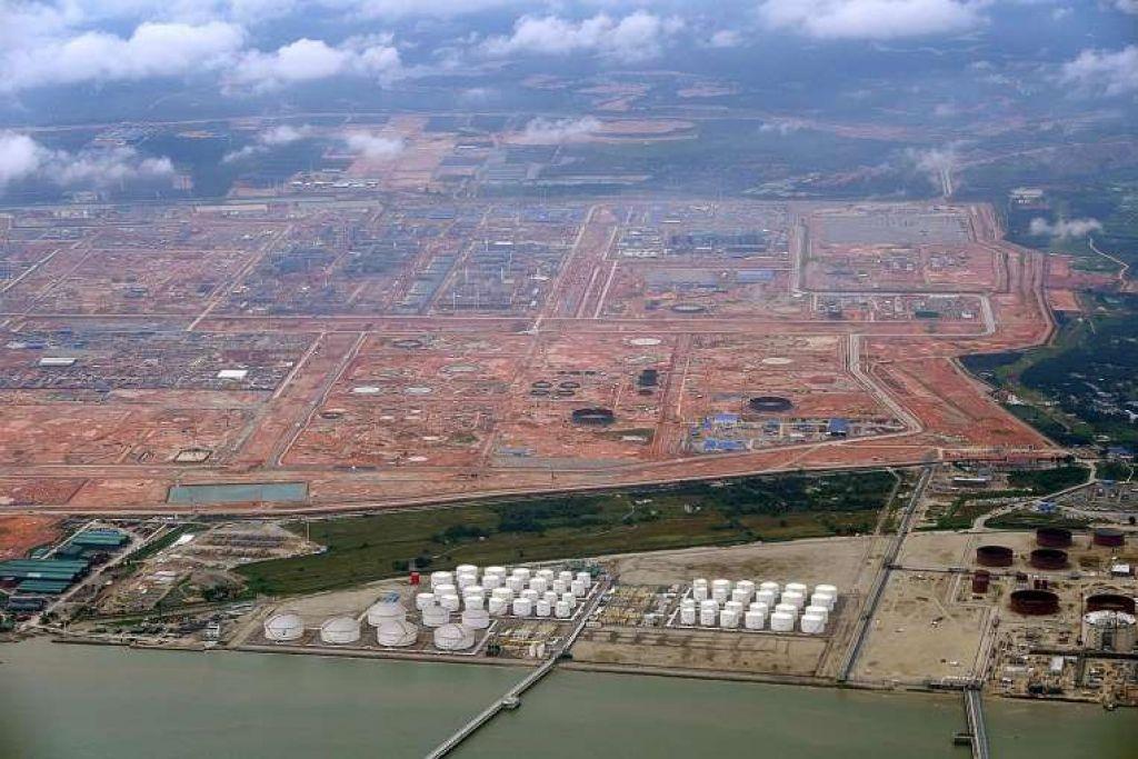 Kompleks Petroleum Bersepadu Pengerang di Johor sedang dibina, namun Saudi Arabian Oil Company (Saudi Aramco) telah menarik diri daripada projek berbilion dolar itu.