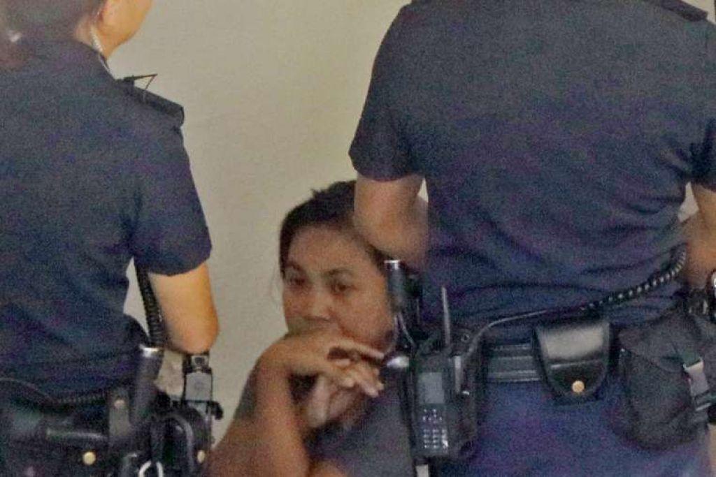Pembantu rumah, yang kelihatan bersama pegawai polis pada Isnin (13 Feb), dijangka dikenakan tuduhan bunuh pada Rabu.