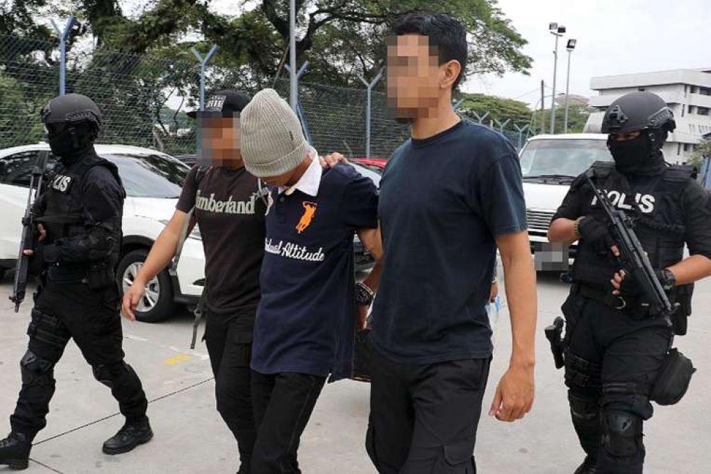 Polis membawa suspek yang disyaki ada dikaitkan dengan kumpulan pengganas dalam satu serbuan di Lembah Klang month.