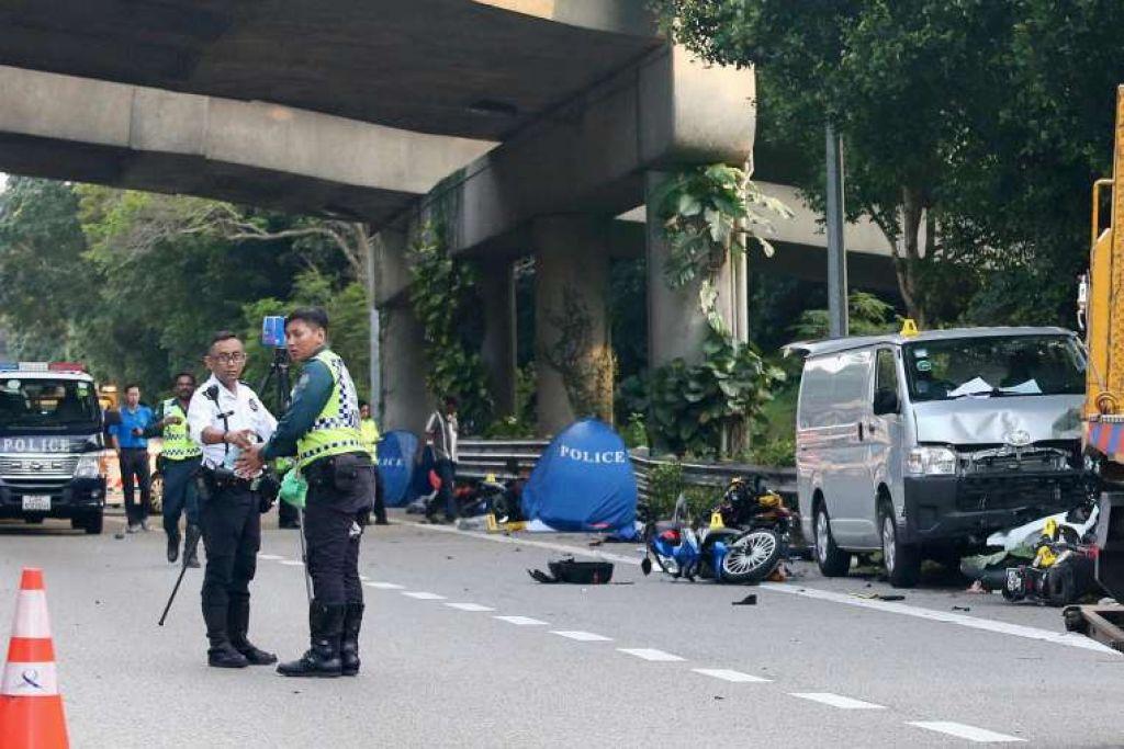 Dua penunggang motosikal meninggal dunia di tempat kejadian, manakala enam dibawa ke Hospital Khoo Teck Puat dalam kemalangan di BKE pada Sabtu (11 Mac) lalu itu. SCREENGRAB DARI FACEBOOK / AISHAH OSMAN
