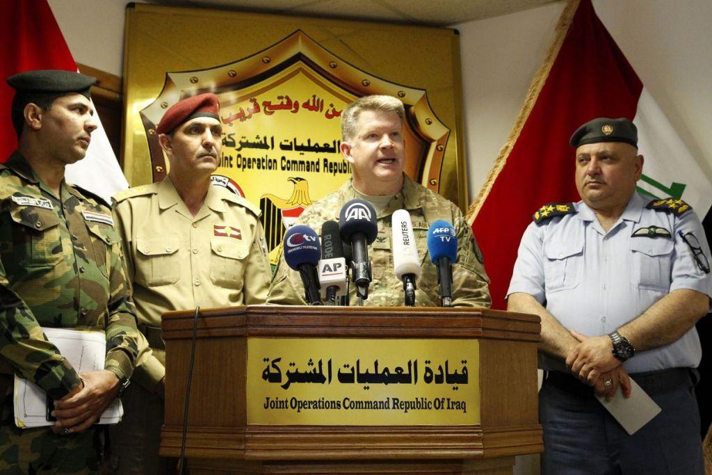 SEDIA HADAPI TENTANGAN DAESH: Pegawai kanan Tentera Udara Amerika Syarikat Kolonel John L. Dorrian (dua dari kanan), yang merupakan jurucakap bagi Pusat Kawalan Operasi Bersama - Operasi 'Inherent Resolve' yang merupakan gabungan tentera bersukutu pimpinan Amerika bertemu pihak media dalam sidang akhbar di Baghdad, dengan diiringi Brigadier Jenderal Yahya Rasool (dua dari kiri). - Foto AFP