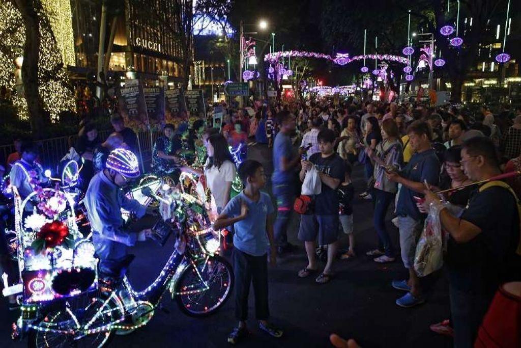 KAWASAN TUMPUAN RAMAI: Orchard Road merupakan medan membeli-belah yang menjadi tempat tumpuan ramai. - Foto THE STRAITS TIMES