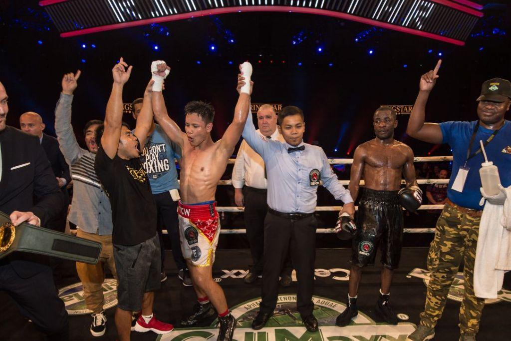 JUARA ANTARABANGSA: Muhammad Ridhwan berjaya mengalahkan pencabarnya dari Namibia,  Nataneal Sebastian, untuk memenangi gelaran juara Antarabangsa kelas 'super feather' Pertubuhan Tinju Antarabangsa (IBO) malam tadi.