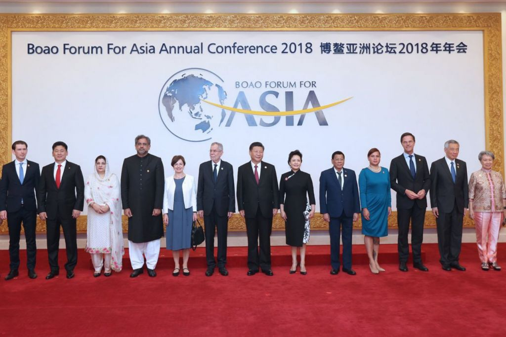 FORUM BO'AO: Encik Lee (dua dari kanan) dan isteri, Cik Lee (paling kanan), bergambar kenangan dengan Presiden China, Encik Xi Jinping dan isteri (tujuh dan lapan dari kiri) dan pemimpin lain bersama pasangan masing-masing semasa Forum Bo'ao. - Foto FACEBOOK PM LEE