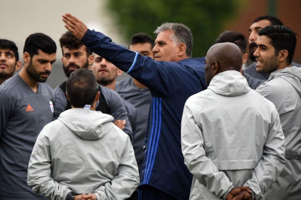 BERI ARAHAN: Jurulatih Iran, Carlos Queiroz (angkat tangan), memberi taklimat kepada pemain-pemainnya di sesi latihan pasukan itu. – Foto AFP