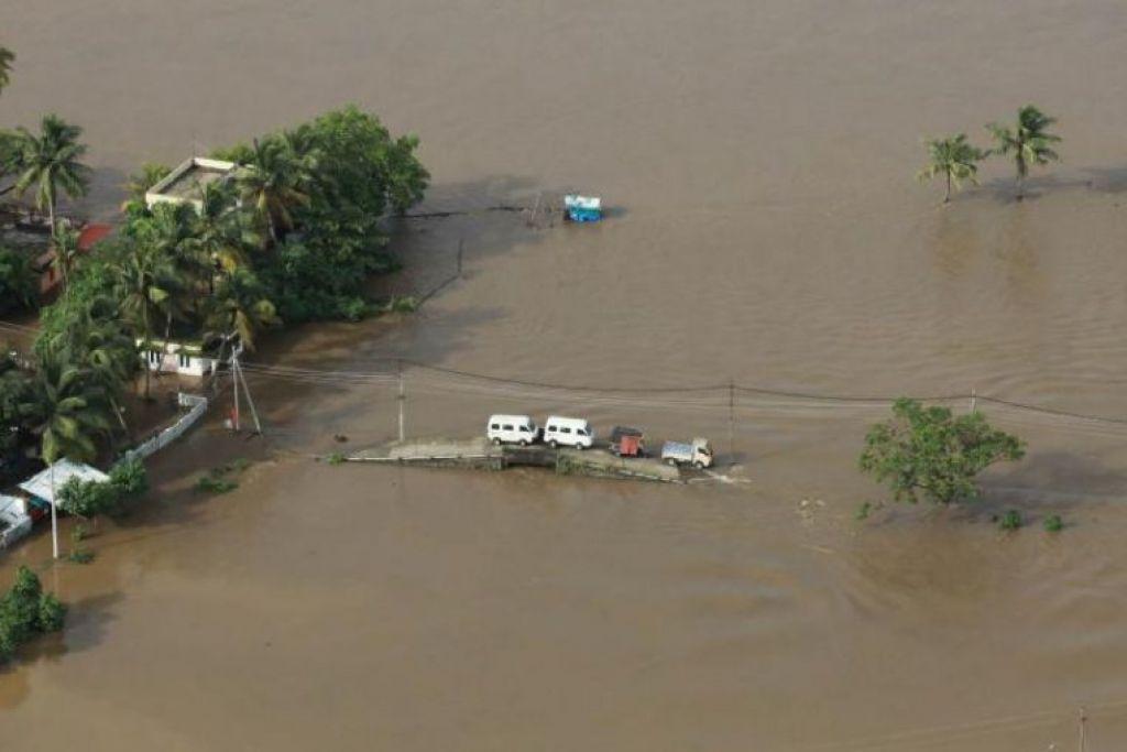 Penyelamat dalam helikopter dan bot berjuang melawan hujan lebat  untuk sampai ke kampung-kampung yang terputus hubungan dengan dunia luar bagi menyelamatkan mangsa dalam banjir monsun terburuk dalam satu abad yang melanda Kerala, India, pada Sabtu,  18 Ogos 2018.