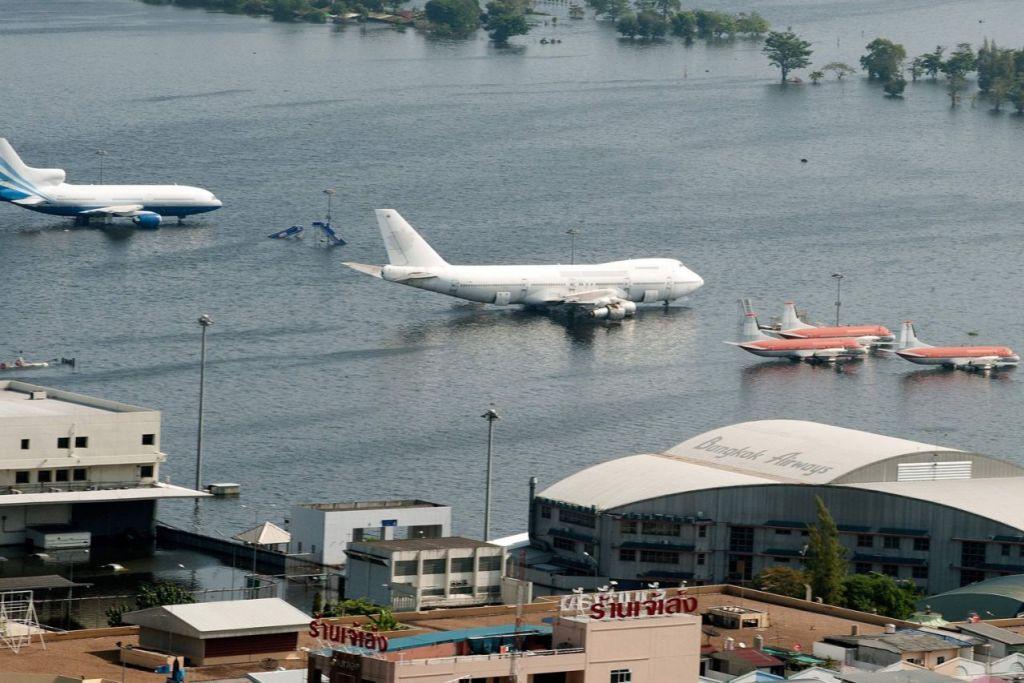 BANJIR TERBURUK: Landasan Lapangan Terbang Don Muang ditenggelami air pada November 2011 apabila monsun mengakibatkan banjir paling buruk dalam beberapa dekad dengan satu perlima Bangkok mengalami bah. - Foto fail AFP