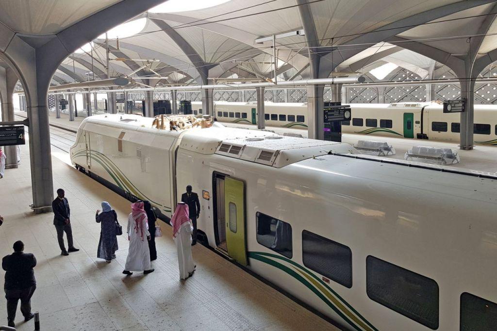 DI ARAB SAUDI: Rel berkelajuan tinggi yang dinamakan 'Haramain Western Railway' ini menghubungkan Makkah dengan Medina dan memendekkan perjalanan antara dua kota itu kepada hanya dua setengah jam berbanding lima jam jika memandu.  - Foto AFP