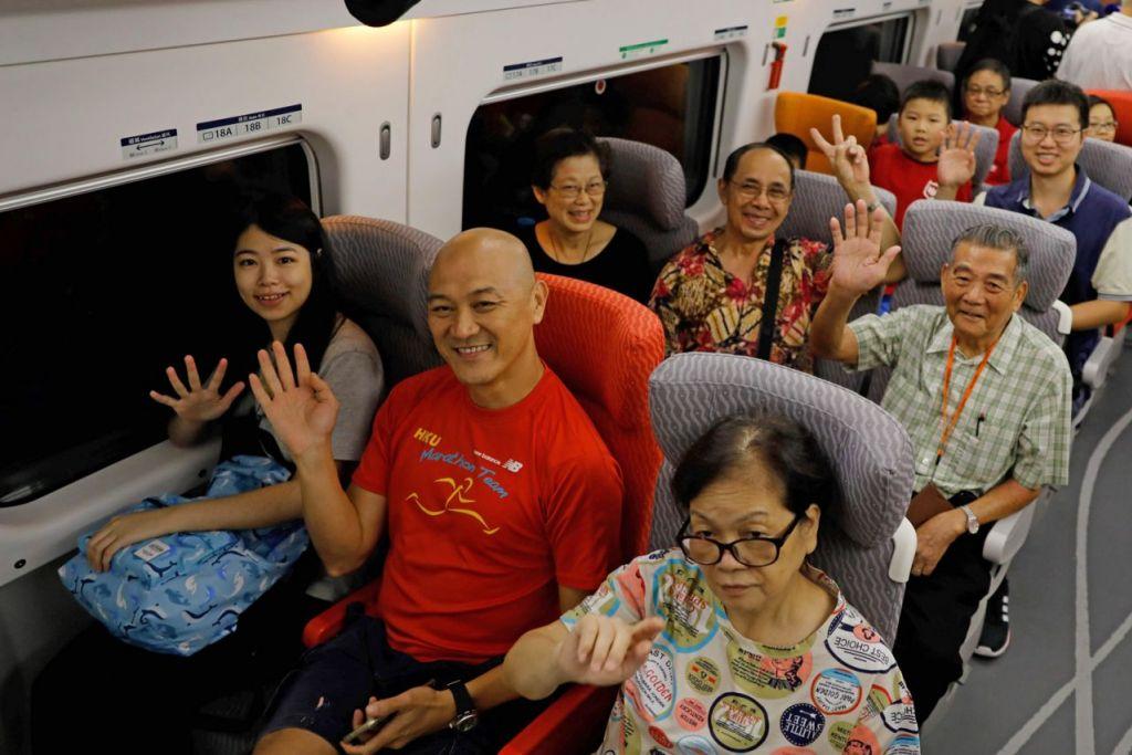 WAJAH-WAJAH TERUJA: Penumpang rata-rata gembira dengan perkhidmatan yang memudahkan perjalanan mereka dari Hongkong ke China. - Foto AFP