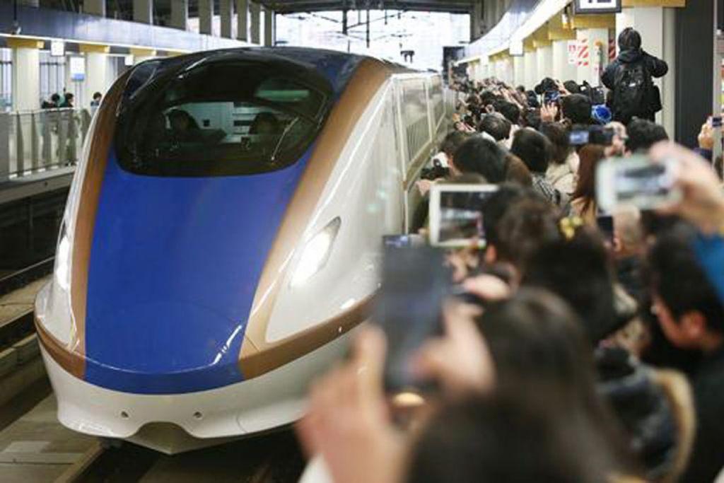 DI JEPUN: Kereta api laju pertamanya dilancarkan pada 1964 yang menghubungkan Tokyo dengan Osaka. Jepun kini memperkenalkan khidmat yang lebih laju melalui kereta api Shinkansen di Tohoku dan Hokkaido.   - Foto AFP