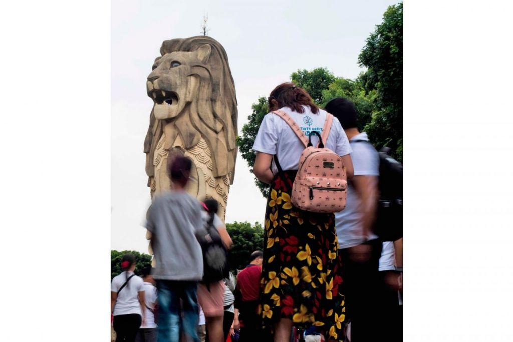 DEKATI MASYARAKAT: Sentosa terus jadi tumpuan ramai termasuk pelancong. Perbadanan Pembangunan Sentosa (SDC), dalam usahanya mendekati masyarakat, membolehkan lebih ramai penduduk Singapura melawat pulau peranginan itu dengan bayaran lebih rendah bahkan secara percuma. - Foto AFP