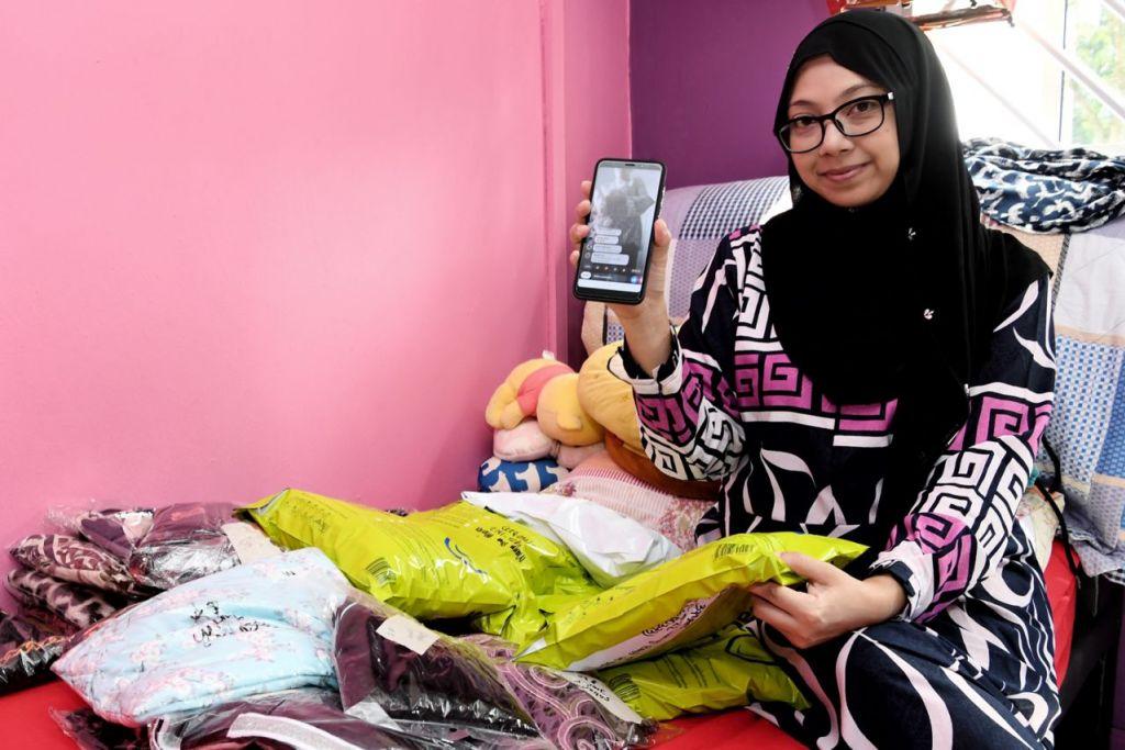 CARA MENARIK: Ketika pertama kali menonton pengguna lain membuat penjualan 'live' di Facebook, Cik Noor Aishah (atas) mendapati kaedah ini cara menarik baginya menambah pendapatan, justeru mendorongnya cuba-cuba untuk menjual barangan di Facebook 'Live'. - Foto BH oleh KHALID BABA