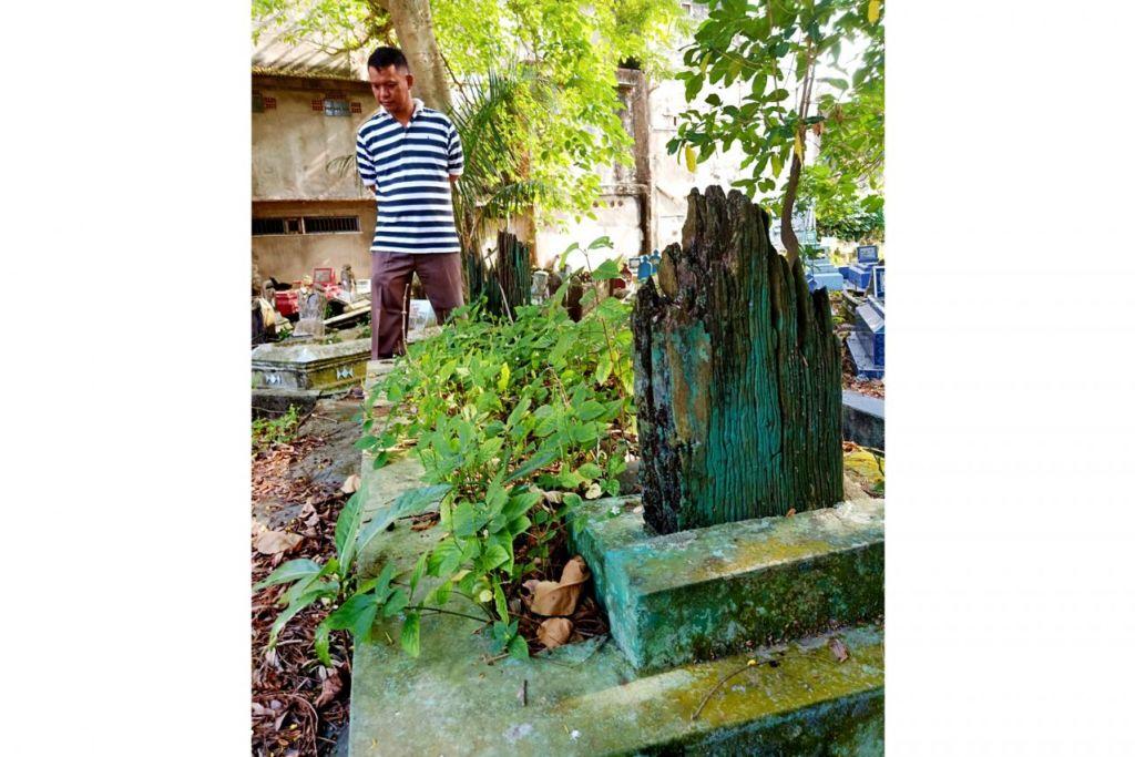 KUBUR MISTERI: Encik Hermizon, seorang pemandu teksi di Palembang menyatakan warga Palembang percaya dan yakin bahawa kubur dengan nisan kayu yang sudah usang ini adalah makam Hang Tuah, pahlawan Melayu yang terkenal itu. - Foto BH oleh SAINI SALLEH