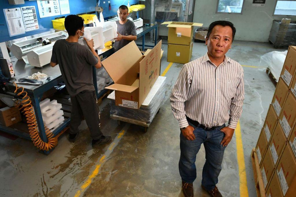 BERANI BUKA SYARIKAT SENDIRI: Encik Hashim Ali, 49, Pengarah Act Technology, di kilang pemasangan yang menghasilkan alat pengipas udara bagi industri pemanasan, pengudaraan dan hawa dingin (HVAC). - Foto BH oleh LIM YAOHUI