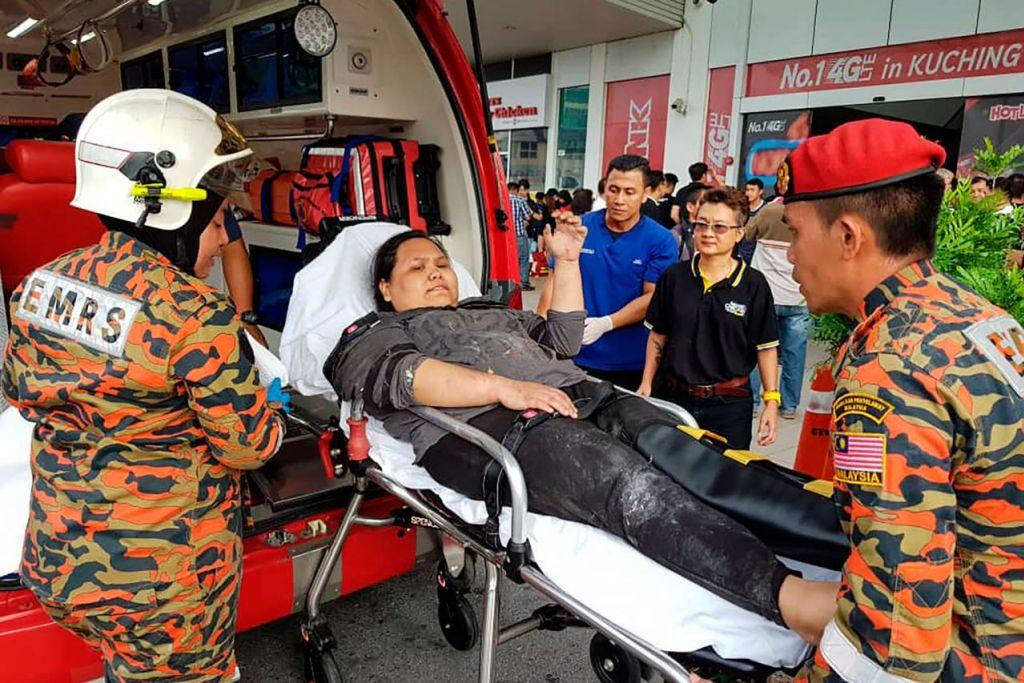 DAPAT RAWATAN SEGERA: Antara mangsa yang cedera segera dibawa ke hospital. - Foto AFP