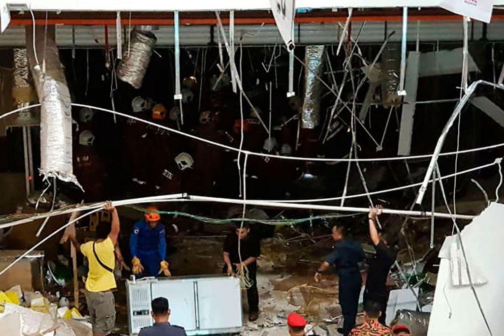 SILING RUNTUH: Tiga mangsa yang maut dikatakan dihempap siling yang runtuh di sebuah restoran di di Kompleks CityOne Megamall di Kuching semalam. - Foto AFP