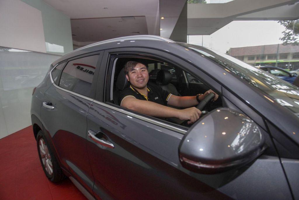 BERUSAHA GIGIH PIKAT PELANGGAN: Encik Steve Quek, 28 tahun, kini beri tumpuan kepada jualan kereta baru daripada Hyundai setelah bermula dengan menjual kereta terpakai. - Foto BH oleh IQBAL FAIZAL