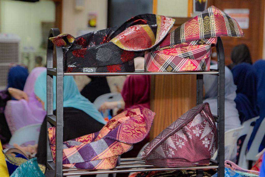 USANA LELAKI MELAYU LENGKAP: Gambar atas adalah dua bentuk pending dan beberapa jenis kain samping berserta contoh tanjak. - Foto BH oleh ZALEHA ABDUL KADER