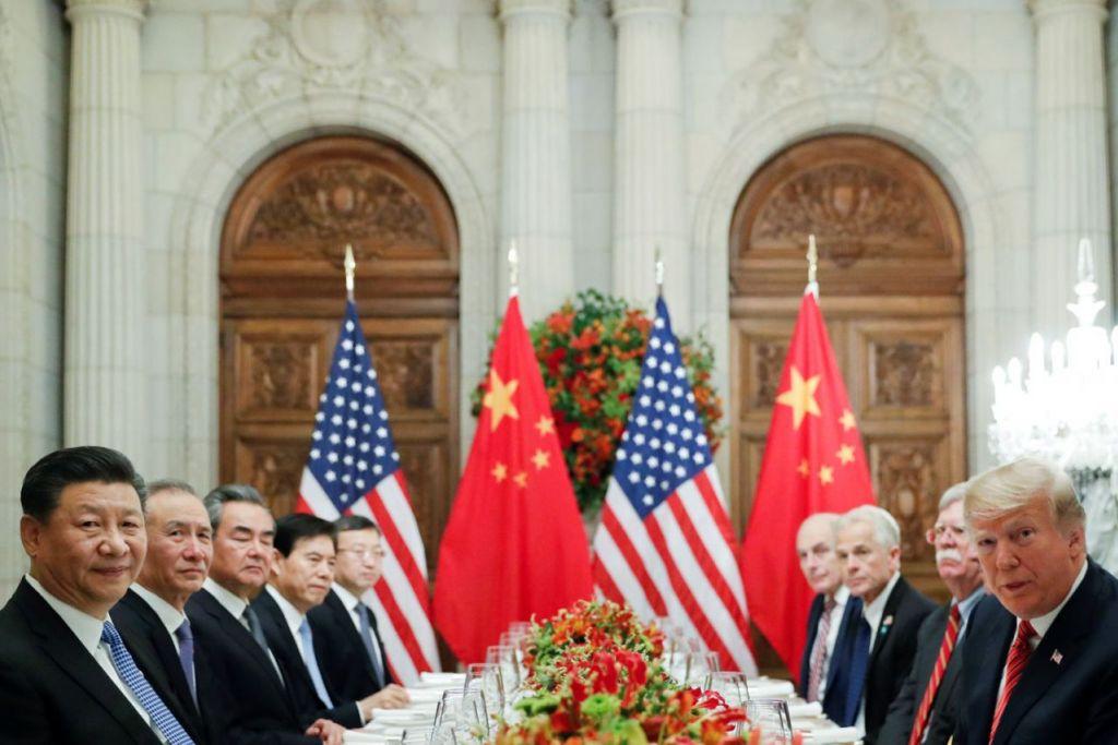 KONFLIK BERPANJANGAN: Presiden Donald Trump dan Presiden Xi Jinping (depan) mencapai 'gencatan perdagangan' bulan lalu, namun hubungan tegang antara Amerika dan China dijangka berterusan tahun ini kerana perbezaan dua negara itu berakar dalam pergeseran geopolitik, ekonomi, keselamatan dan teknologi, bukan perdagangan sahaja. - Foto REUTERS