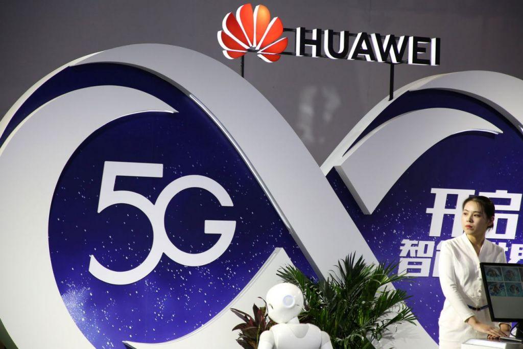 TEKNOLOGI TERBAIK 2019?: Kios gergasi telekomunikasi China Huawei menonjolkan teknologi 5G di PT Expo di Beijing September lalu. - Foto REUTERS
