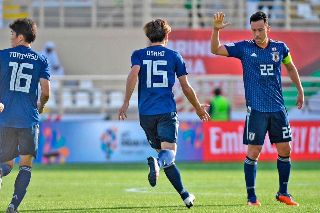 RAI KEMENANGAN: Kapten Jepun Maya Yoshida (kanan) meraikan jaringan gol ketika Jepun menentang Turkmenistan dalam perlawanan Kumpulan F. - Foto AFP