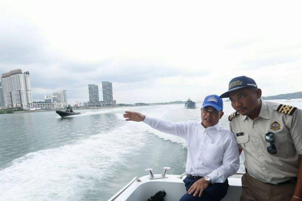 Menteri Besar Johor Datuk Osman Sapian berkongsi di media sosial gambar beliau melawat kapal kerajaan Malaysia yang berlabuh di perairan wilayah Singapura di Tuas. Foto:FACEBOOK/OSMAN SAPIAN
