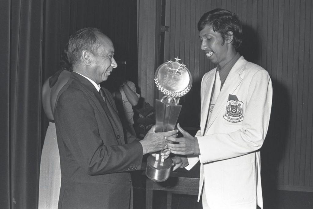 BEBERAPA ATLIT SEANGKATAN LAIN YANG TURUT CEMERLANG: Nor Azhar Hamid - Menerima trofi Olahragawan Terbaik Singapura 1973 daripada Timbalan Perdana Menteri ketika itu, mendiang Goh Keng Swee. Atlit lompat tinggi ini turut menyumbangkan pingat emas di Sukan SEAP 1973 selain beraksi di Sukan Olimpik Munich 1972. Rekod nasionalnya bagi acara lompat tinggi – 2.12 meter – bertahan sehingga 1995.