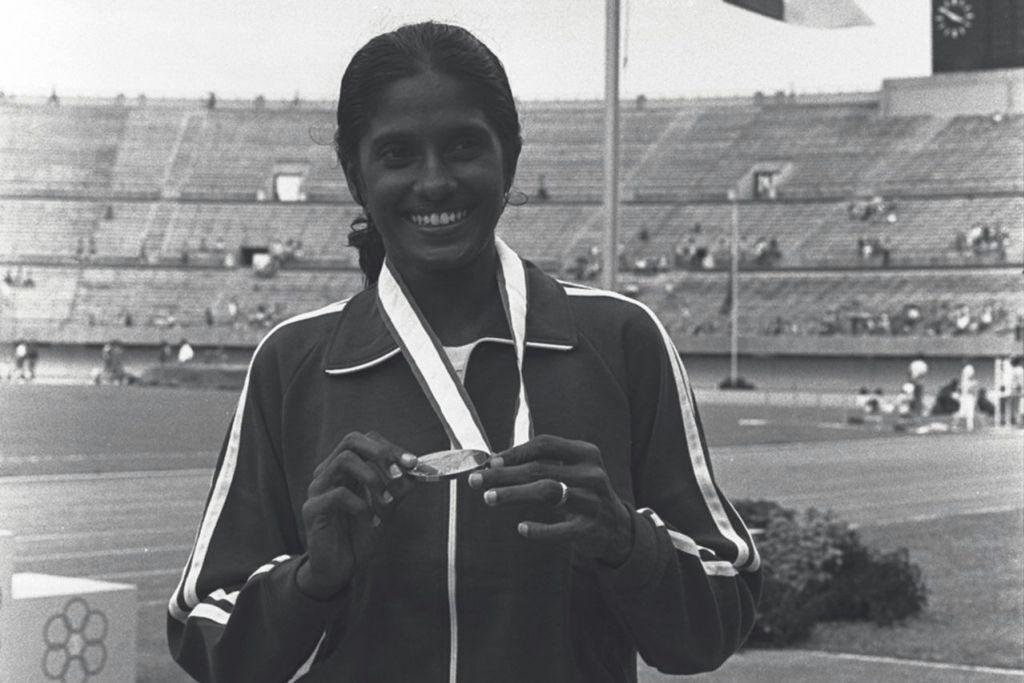BEBERAPA ATLIT SEANGKATAN LAIN YANG TURUT CEMERLANG: Glory Barnabas - Menang dua pingat emas – perlumbaan 200 meter dan relay 4x100 meter – di temasya Sukan Semenanjung Asia Tenggara (SEAP) 1973 yang berlangsung di tanah air. Beliau turut menjadi pelari pertama skuad relay 4x400m yang menang perak di Sukan Asia Teheran 1974 dan pingat gangsa relay 4x100m.
