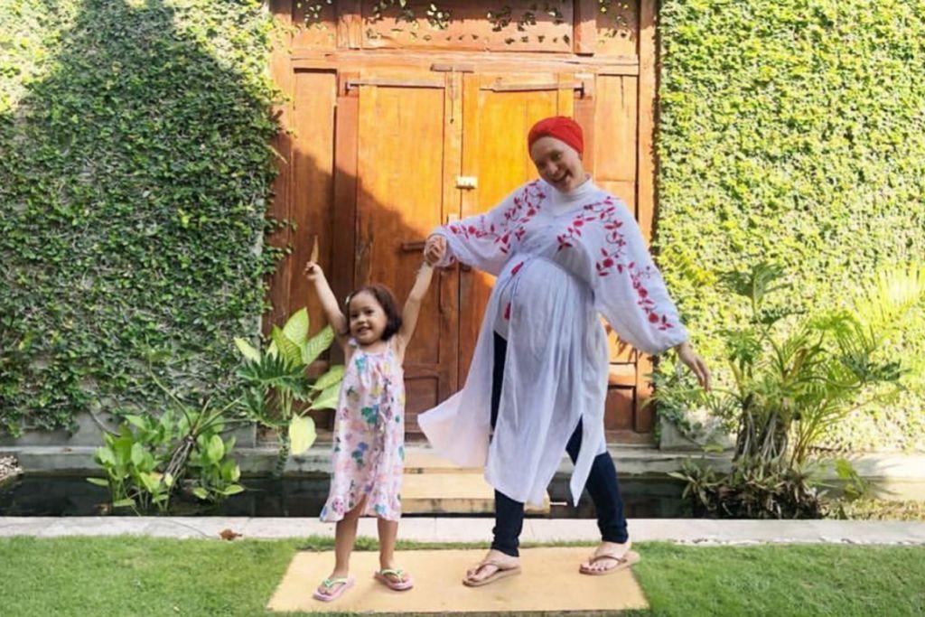 TURUT MERIAHKAN 2019: Pengacara Ainon Talib bakal melahirkan anak keduanya pada bulan depan. – Foto INSTAGRAM AINON TALIB