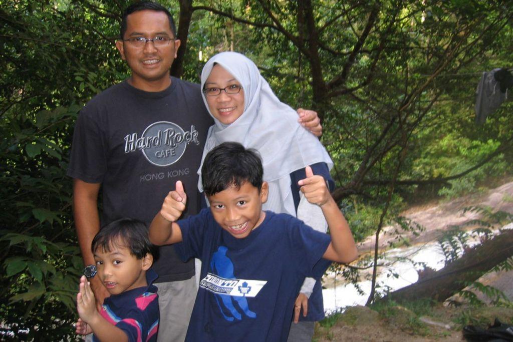 ERATKAN HUBUNGAN: Penulis (belakang kiri) bersama isterinya, Cik Raihan Ismail, serta dua anak mereka, Jasa Wira (depan, kiri) dan Aidan Bakti (depan, kanan) sempat bergambar semasa mendaki Gunung Ledang secara bersamaa.  - Foto ihsan ZAIDI YACOB