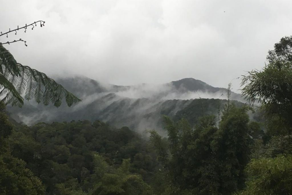 PASTI MEMUKAU: Inilah pemandangan Gunung Kinabalu yang menjadi antara destinasi penulis bersama anaknya dalam usaha mendedahkannya kepada kegiatan lasak mendaki gunung sejak dari kecil. - Foto ihsan ZAIDI YACOB