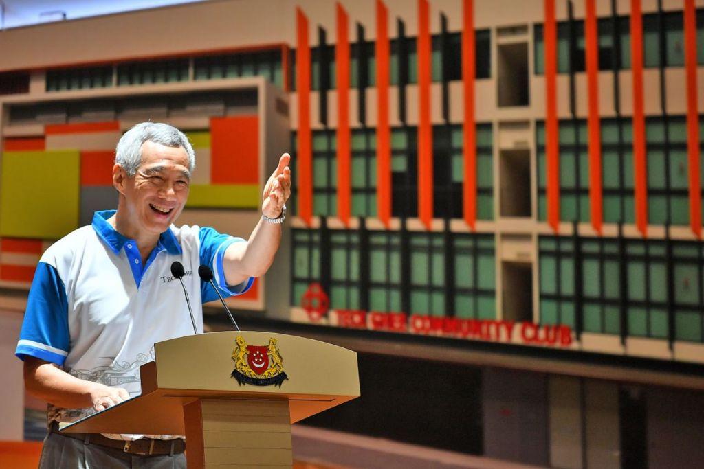 TEMPAT ISTIMEWA: Perdana Menteri Lee Hsien Loong, yang membuka Kelab Masyarakat Teck Ghee yang dipertingkat secara rasmi semalam, berkata kelab masyarakat memainkan peranan istimewa di Singapura dan ia tempat bagi penduduk berkumpul dan membina hubungan sebagai satu masyarakat. - Foto BH oleh LIM YAOHUI