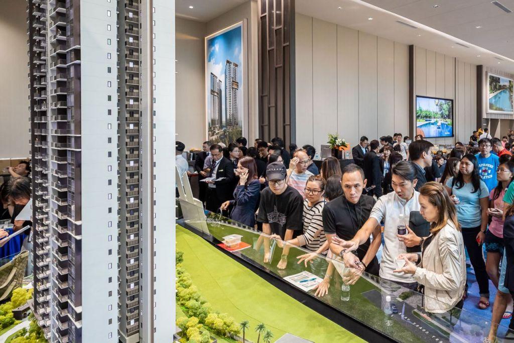 BUAT PERTIMBANGAN: Orang ramai mengunjungi ruang pameran bagi projek kondominium Whistler Grand yang merupakan antara projek kondominium yang laris bulan lalu. - Foto LIANHE ZAOBAO