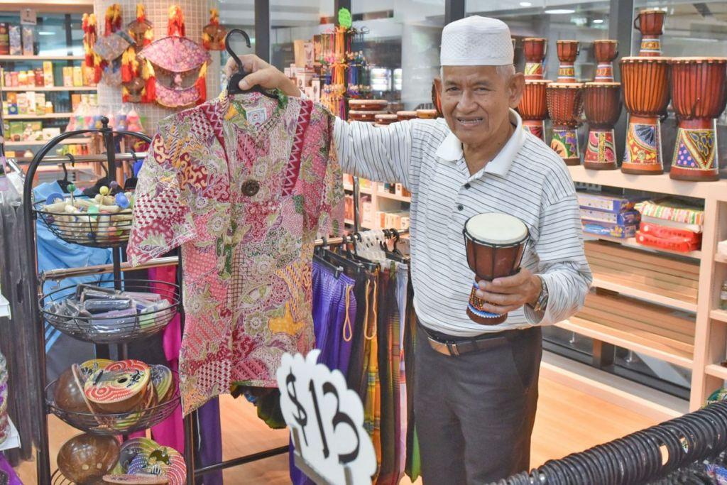 BUDAYA DAN TRADISI: Kakitangan Toko Warisan, Encik Salam Rahim (atas), 73 tahun, menunjukkan beberapa barangan tradisional yang boleh didapati di cawangannya di Wisma Geylang Serai. - Foto BH oleh JASMINE CHOONG