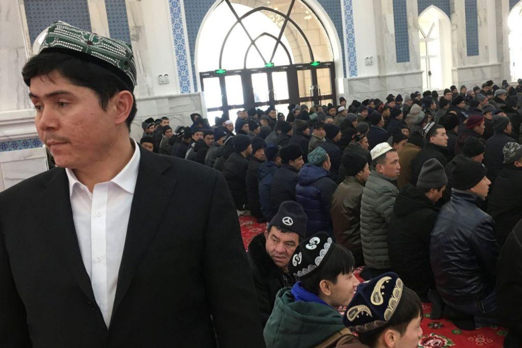 JURANG KIAN LUAS: Kaum Hui dan Uighur (gambar atas) semakin dipengaruhi oleh fahaman Wahabi, ideologi yang amat konservatif Islam yang berasal dari Arab Saudi. Ini menyumbang kepada jurang yang semakin luas antara amalan Islam dan Han China, yang mengakibatkan Islamofobia di kalangan segmen tertentu kaum Cina Han. - Foto REUTERS