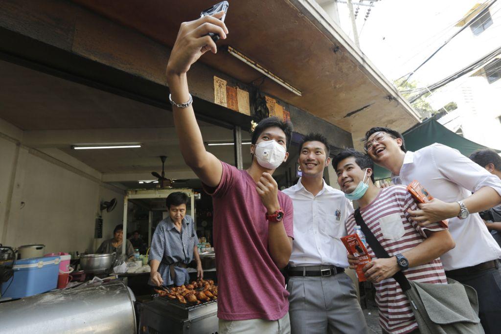 ANAK MUDA PEDULI POLITIK: Pengasas bersama Parti Future Forward yang baru ditubuhkan, Encik Thanathorn Juangroongruangkit (dua dari kiri) mengambil gambar selfie bersama penyokong semasa berkempen bagi pilihan raya Thai. Hampir semua ahli parti itu anak muda progresif tanpa sembarang pengalaman dalam politik. - Foto EPA-EFE