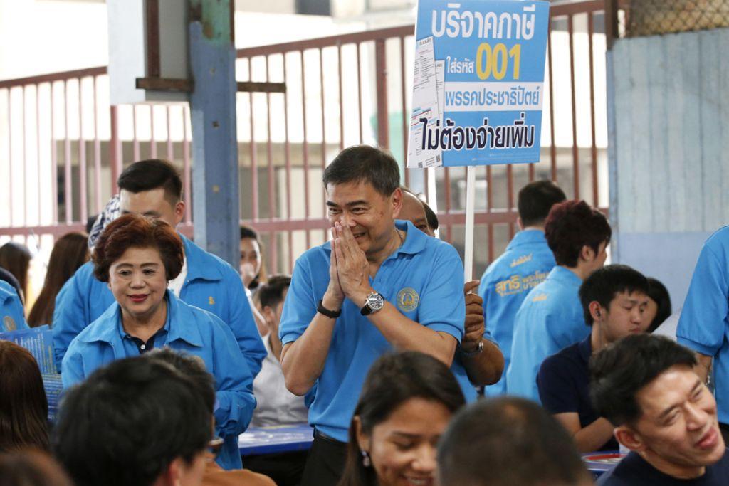 TONJOLKAN ANAK MUDA: Ketua Parti Democrat, Encik Abhisit Vejjajiva (tengah), berkempen dengan menonjolkan sayap pemuda parti itu, New Dem. - Foto EPA-EFE